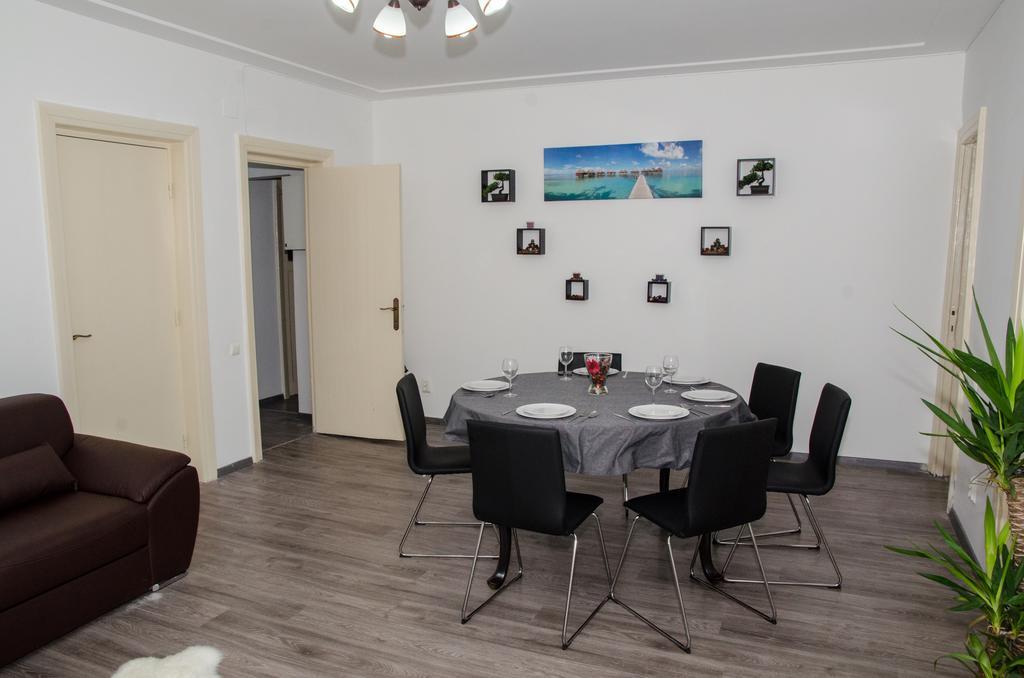 Four Rooms Apartment Central București